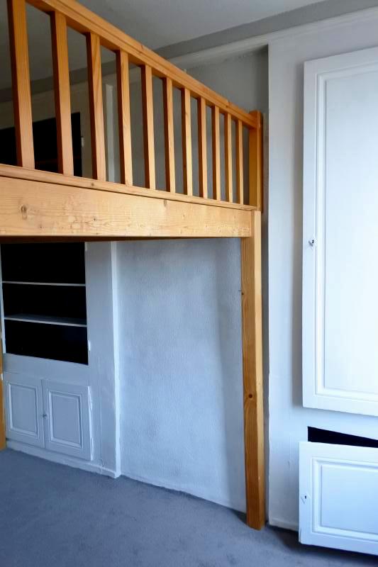 Chambre avec mezzanine, placards muraux, exposition Sud, double vitrage.