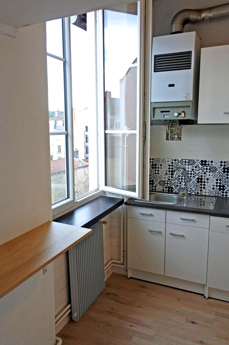 Cuisine aménagée (meuble évier, plaque de cuisson gaz   divers mobilier), vue Fourvière, expo sud
